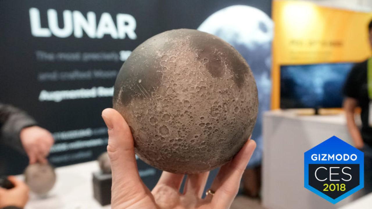 ARで月について学べる手のひらサイズのレプリカ「Astro Reality」
