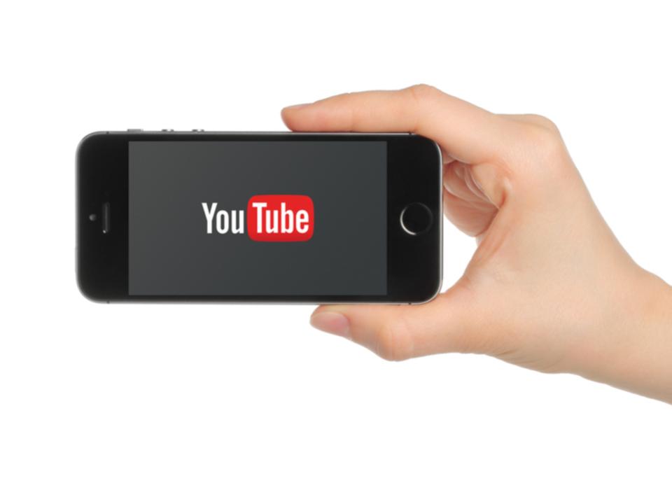 YouTubeのiOS向けアプリで背景が暗い色になるダークモードが確認される