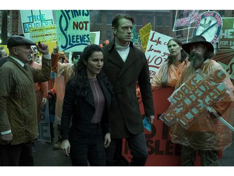不死を買うのはどんな人たち? NetflixオリジナルSFドラマ『オルタード・カーボン』の世界を掘り下げる