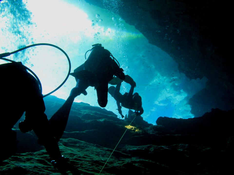 メキシコの調査団が世界最大の浸水洞窟を発見。マヤ文明の土器や人骨が大量に転がる最重要遺跡に
