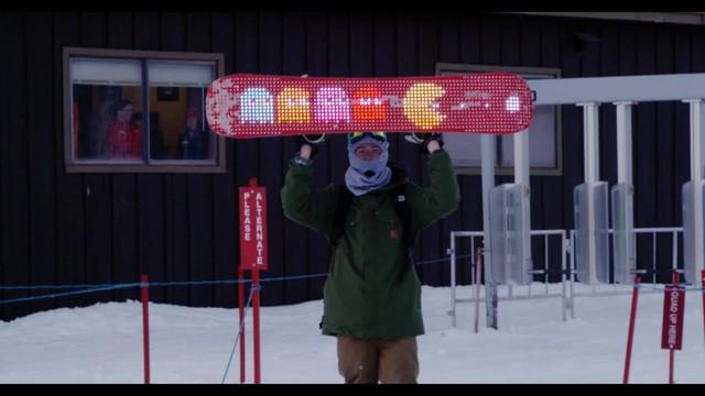 完全に電光掲示板! 裏面にLEDを仕込んだスノーボードが超クール