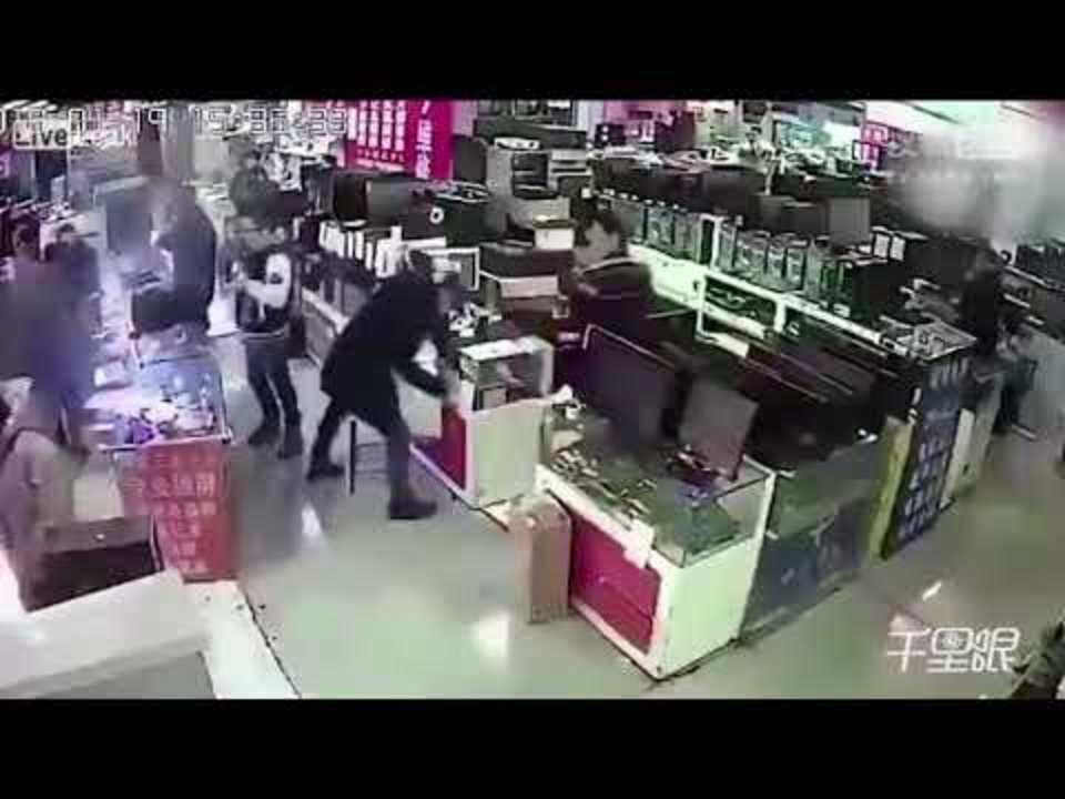 中国の電気屋でiPhoneのバッテリーを噛んだらドカン! 目の前で爆発する