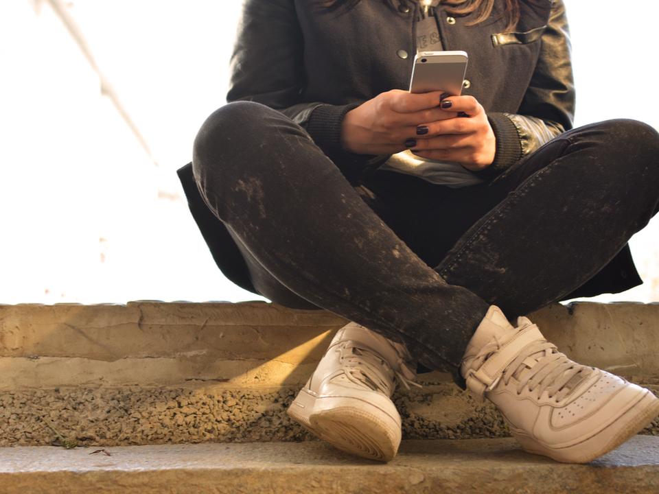 10代は幸せを感じられない? 現代人とスマートフォンの関係