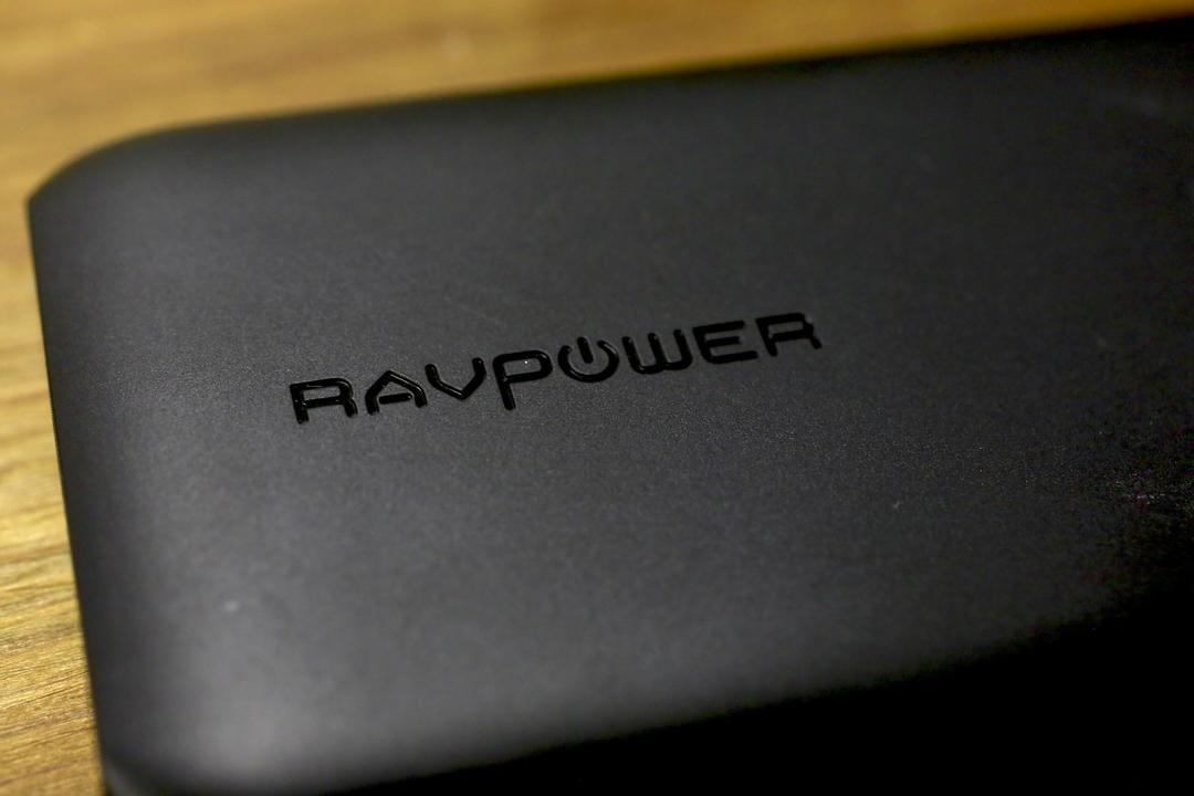 シーンを問わず持ち歩きたい! QC3.0対応モバイルバッテリー「RAVPower 10000mAh QC」は高性能でも軽く薄い