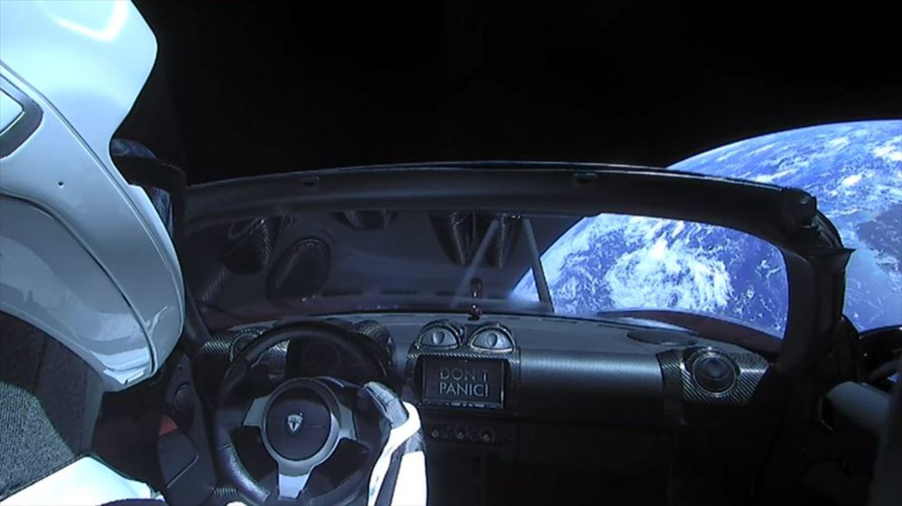史上2番目320万人が視聴! ファルコン・ヘビーのコアは着艦失敗、でも赤いスポーツカーは宇宙回ってます