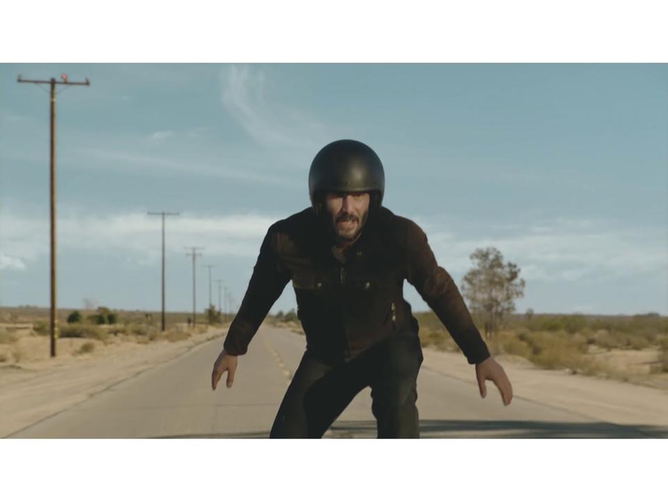 バイクに立ち乗りしたり、感涙したり、遠吠えしたり。ウェブ制作サービスのSQUARESPACE × キアヌ・リーブスのCM