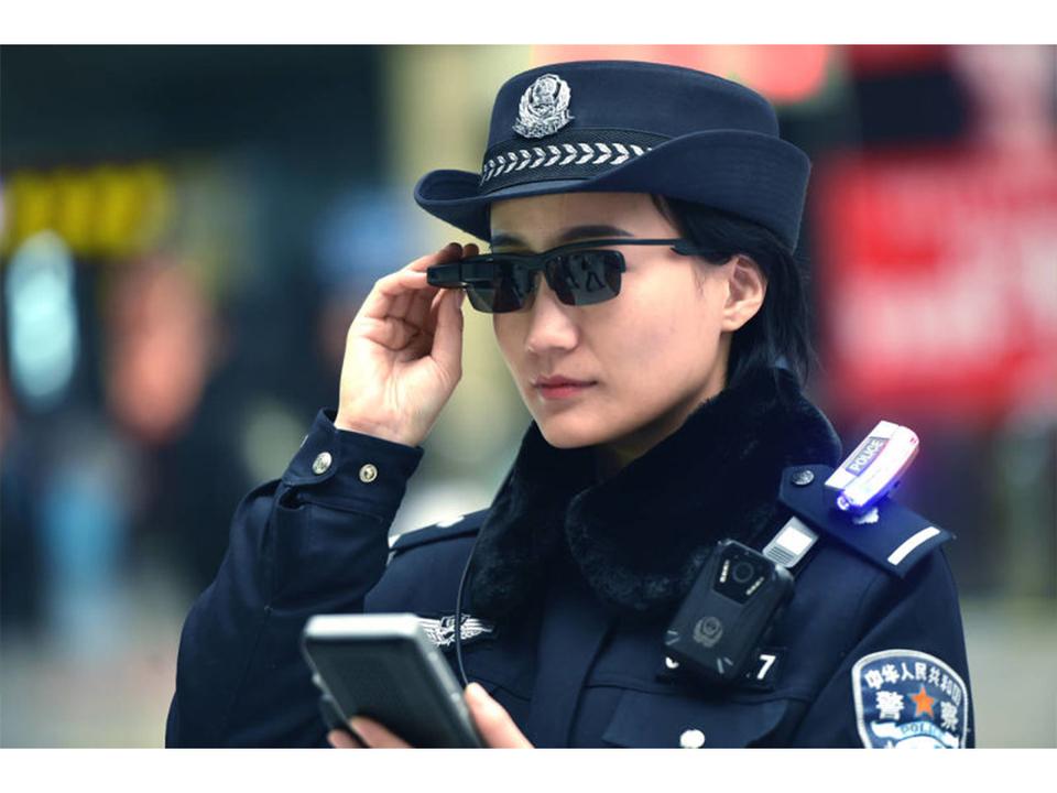 中国で警察に眼鏡越しで見られたら…それは検問チェックされているのかも!