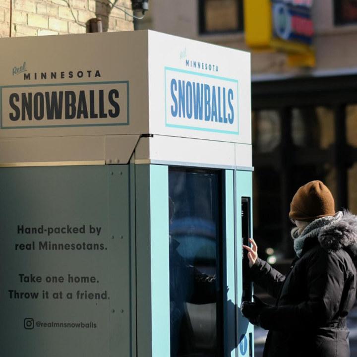 高レベルな雪合戦ができそう。ミネソタ州にあるスノーボールの自動販売機