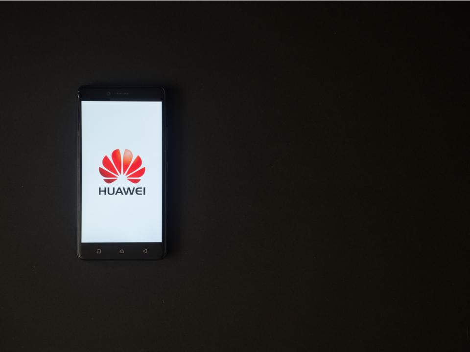 3眼カメラスマホくるか? Huaweiが3月27日イベントの招待状を配布