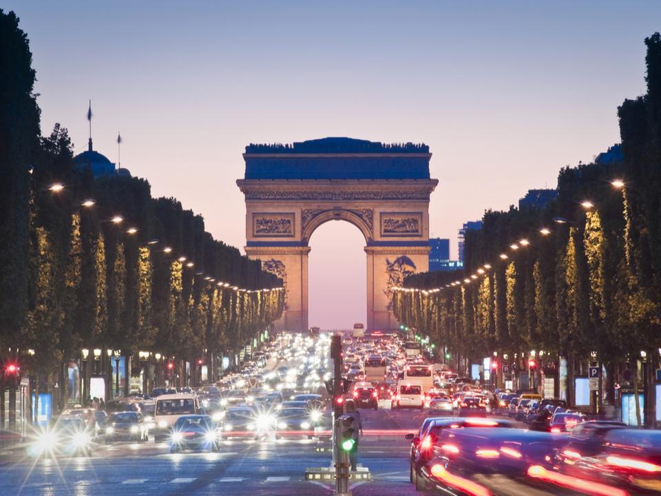 フランスの「運転中のスマホ対策」がさらに厳しく。ルール強化で事故防止へ