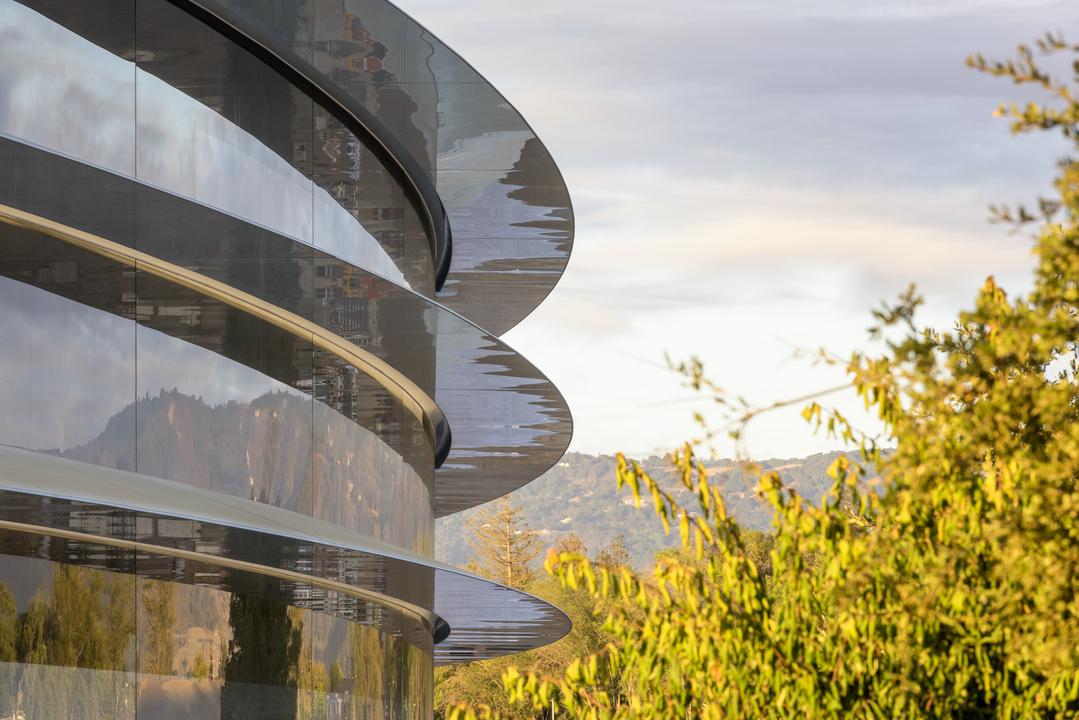 Apple Parkがガラス張りすぎて社員が激突しまくる