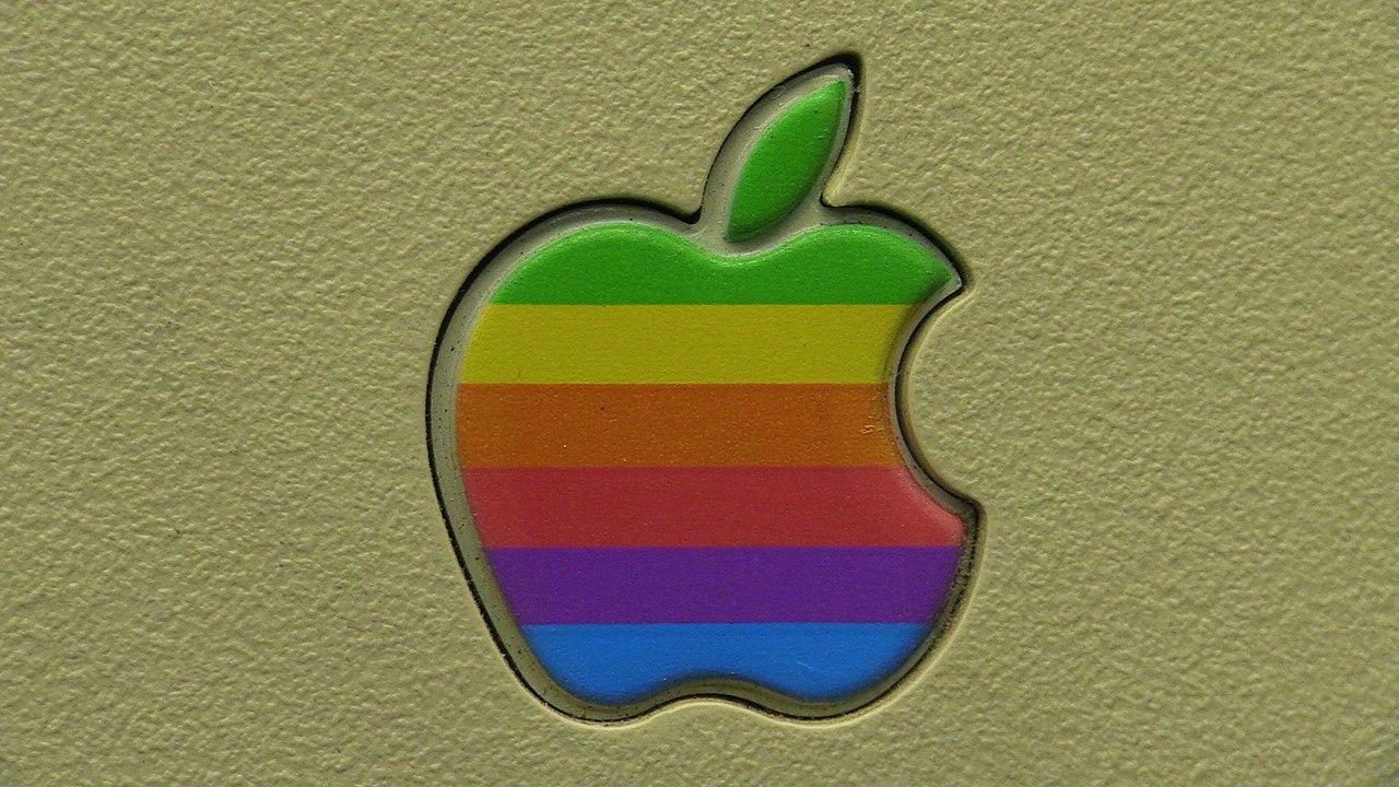 Apple、虹色ロゴの入ったキャップなどアパレル販売を計画中?