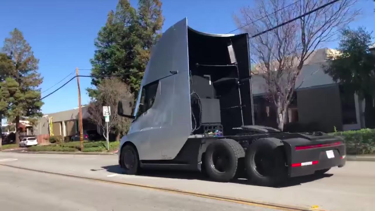 ナゾかわいい。Teslaセミトラックが公道を走る姿