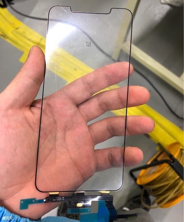 これがiPhone X Plusのディスプレイ部品? 画面上部にノッチも!