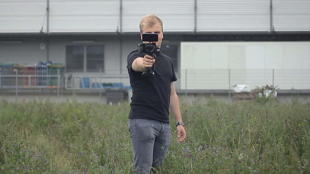 「はい、今シャッター押して!」電気ショックで無理やり写真を撮らせるAIデバイス