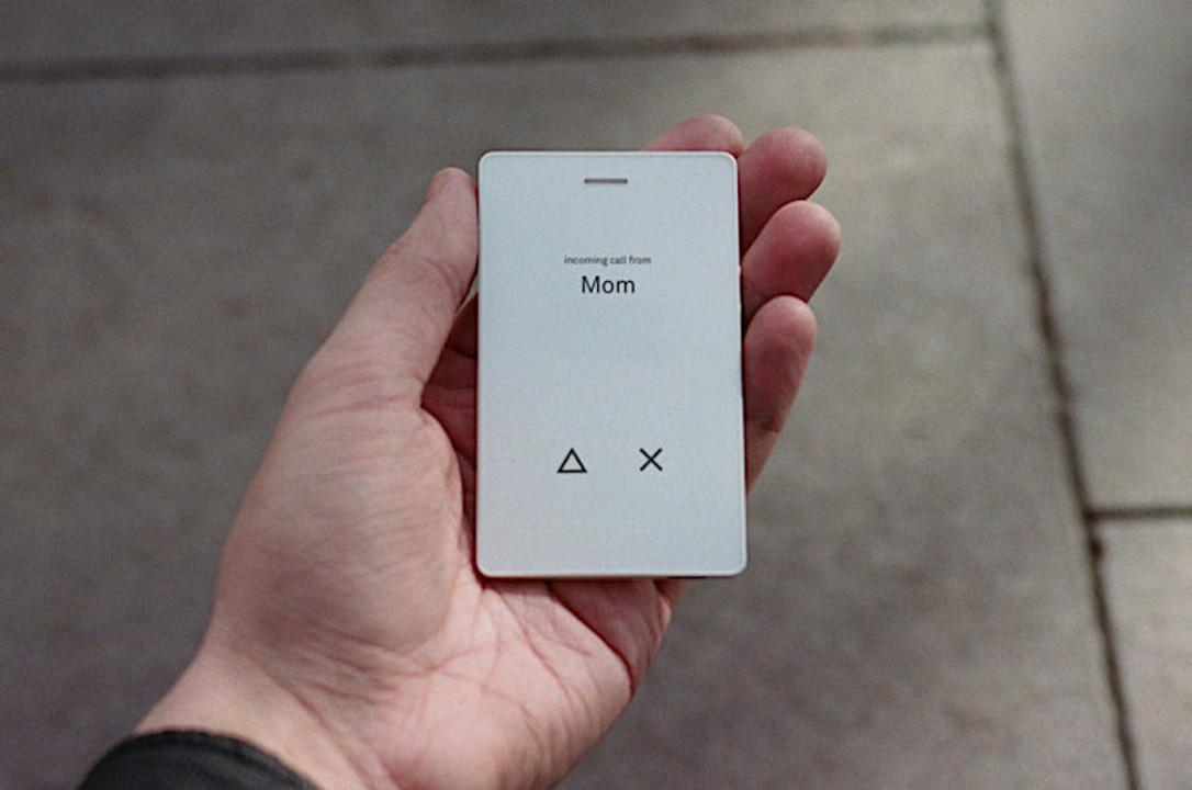携帯電話はここまで小さくなった。カードサイズ端末「Light Phone 2」
