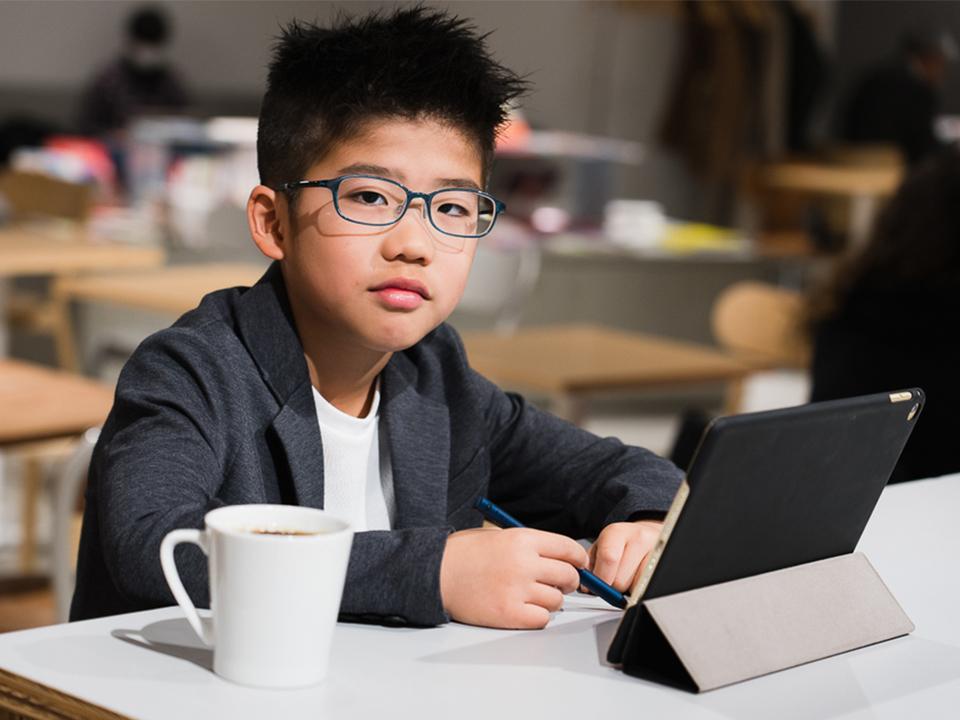 「ノマド化」する小学生。Z会のタブレット講座は、自宅学習を解放する