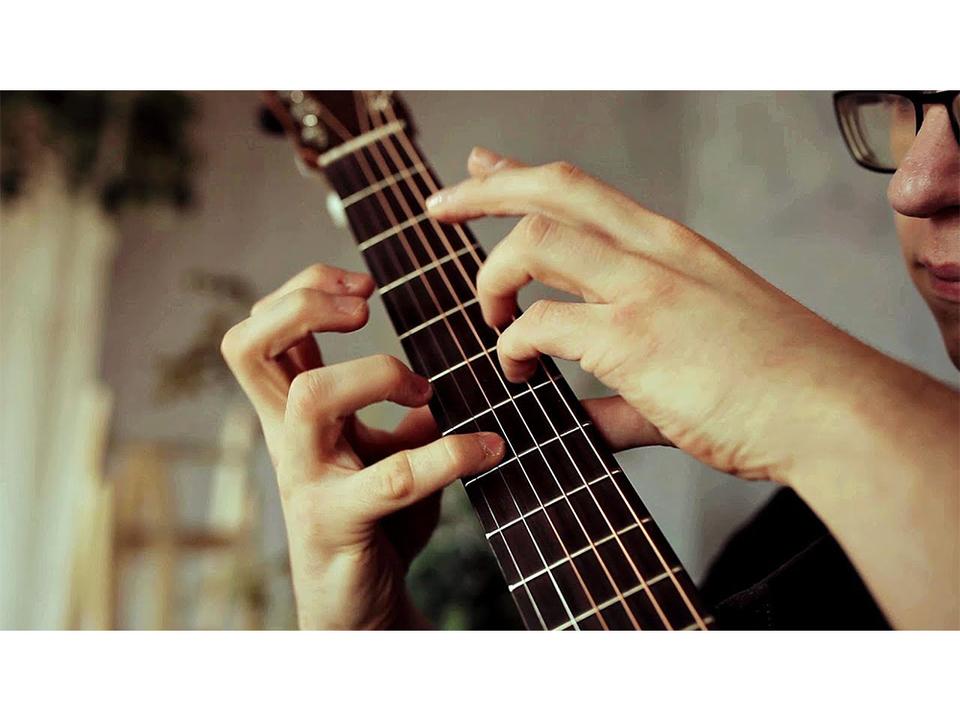 アコギは打楽器! ロシアの青年が複数パートを同時に奏でるa-haの名曲『Take On Me』