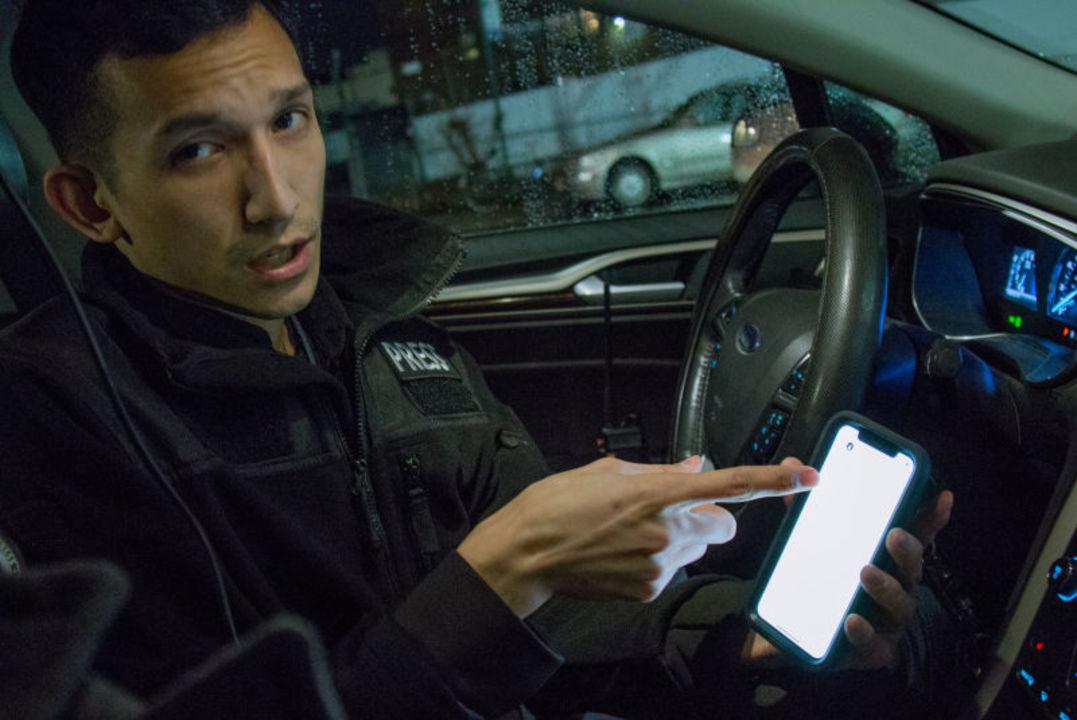 Uber運転手の夜の顔:犯罪・事故現場を激写する「ストリンガー」に密着