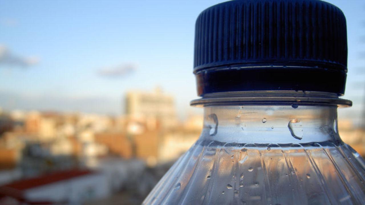 ペットボトルの水の93%はマイクロプラスチックを含んでいることが判明。WHOが検証へ