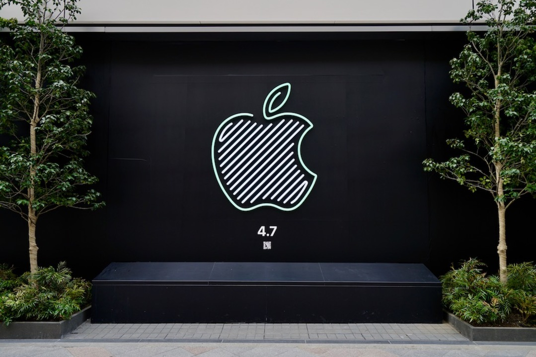 Apple 新宿、4月7日のオープン前にカラフルロゴがお披露目に。スタバとのコラボと新コンセプトに期待していい?