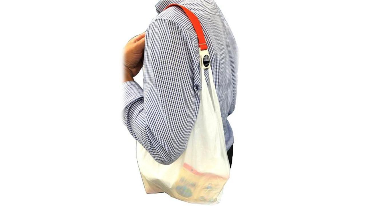 レジ袋は肩にかけて持ち運び。手に食い込む問題を解消するバンド「MORE SMART」