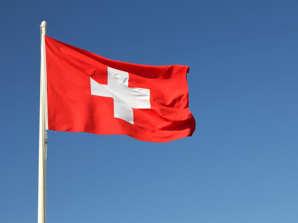 ニューヨーク証券取引所、Spotify上場を祝してスイスの国旗を掲げてしまう(※Spotifyはスウェーデンの会社です)