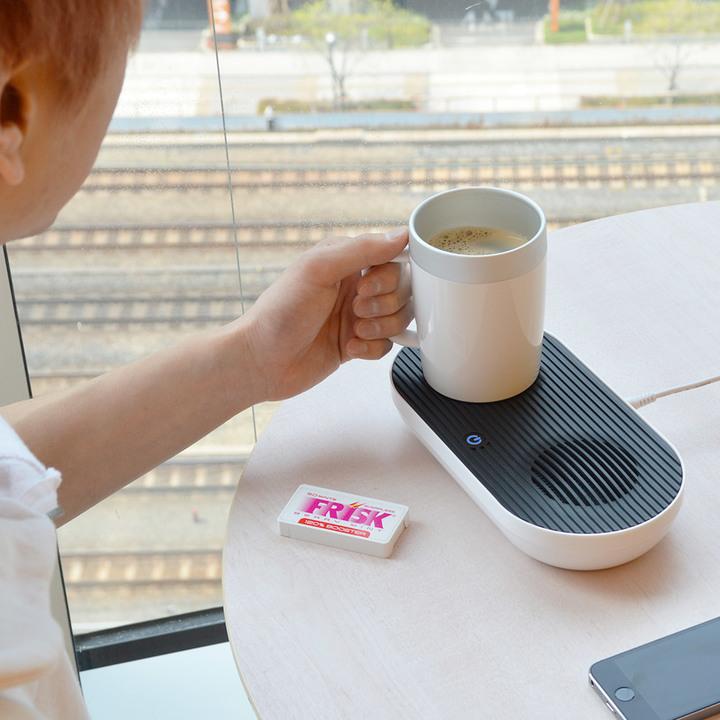 温める?それとも冷やす? 両方できるんだ、このデスクトップ冷熱カップならね