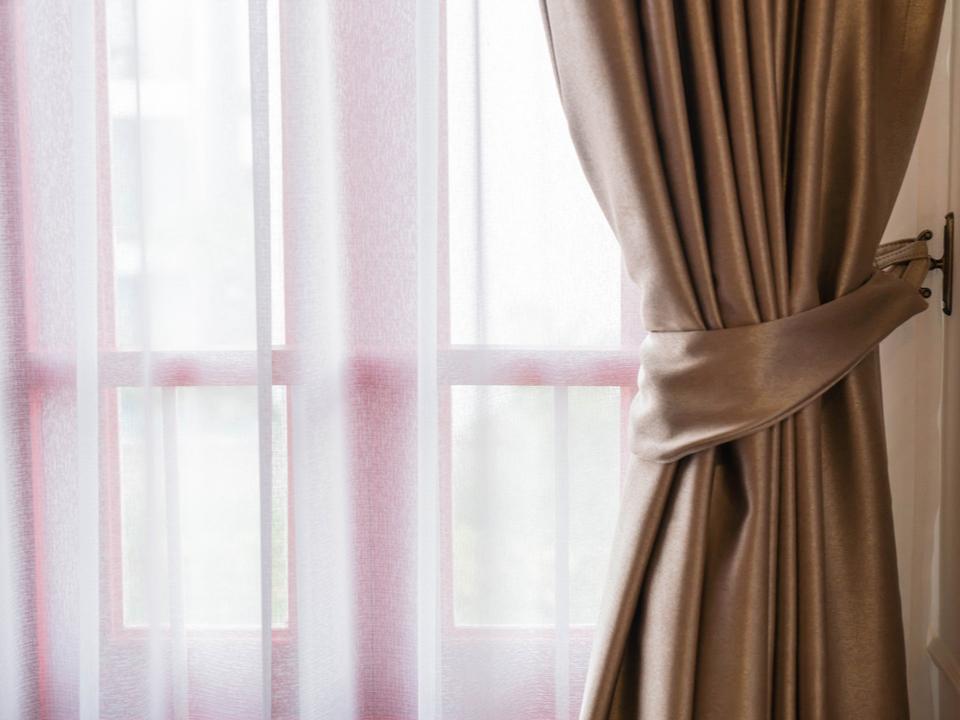 カーテンに人影を映して防犯力アップ。一人暮らしの女性に心強いプロジェクター「Man on the Curtain」