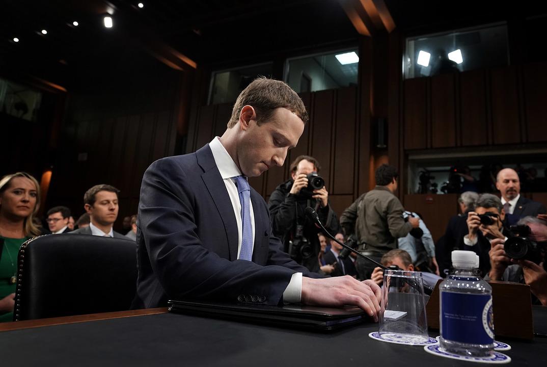 どうでもいいかもしれないんですけど、マーク・ザッカーバーグが証言の場で座っていた椅子のクッションがめちゃくちゃ分厚い