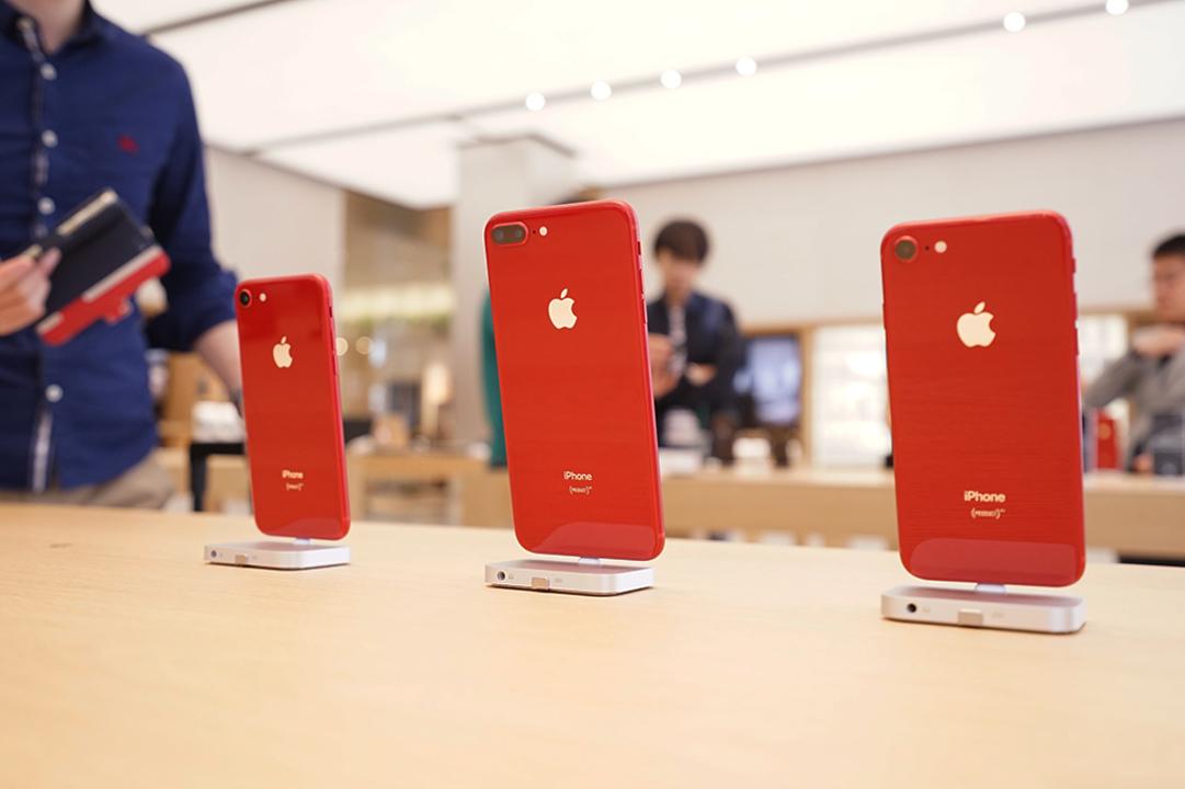 美しく、かっこいい。赤と黒のiPhone 8とiPhone Xの赤いケース、Apple 新宿でも販売はじまりました