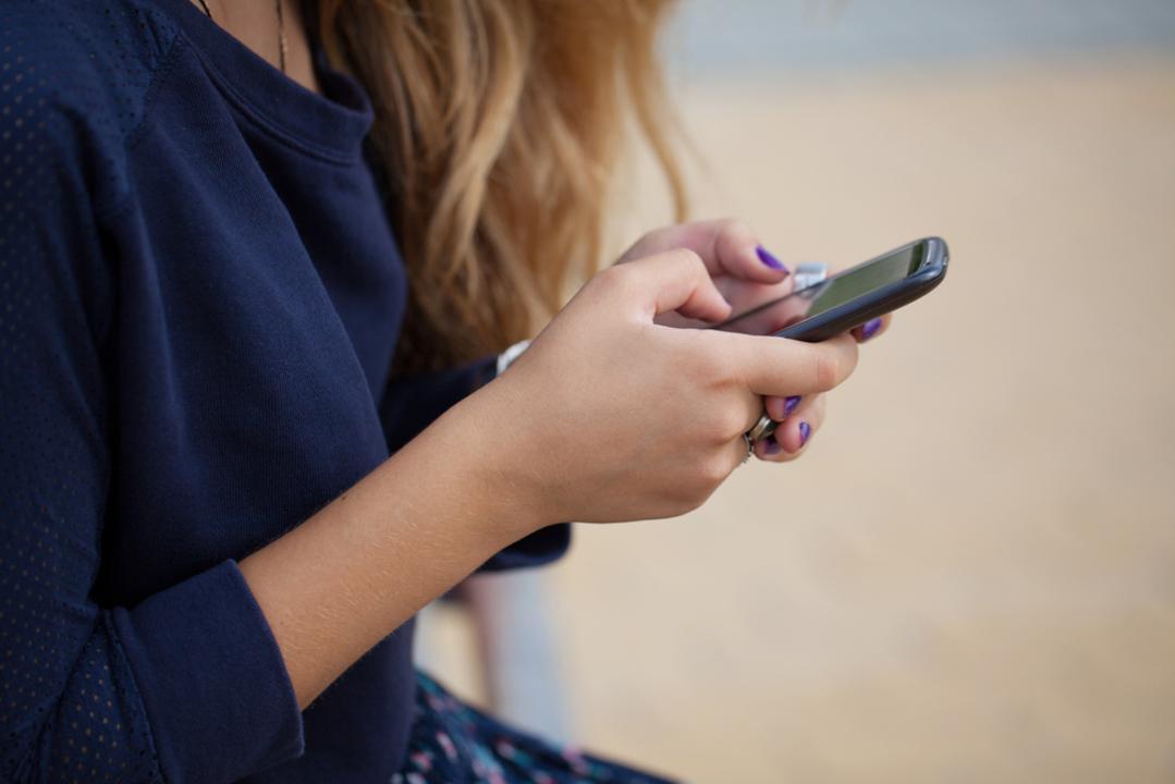 子供のネットを監視するアプリは、親子の信頼を損ねる。「スマホの使い方が信頼されないなら、なぜ親を信頼しないといけないの?」