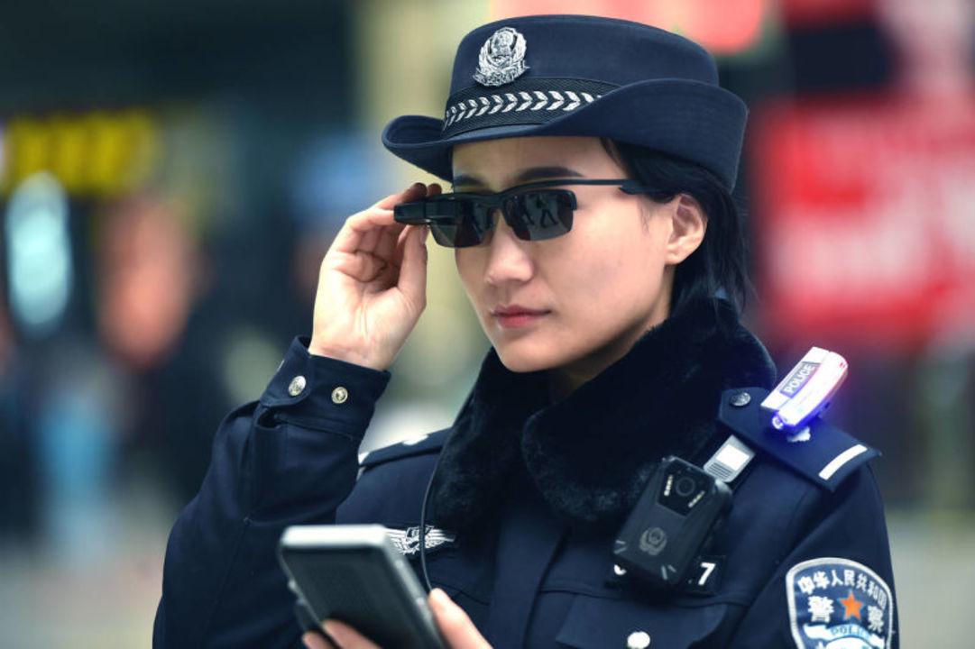 中国警察の顔認証サングラスが完全にSF。5万人の群衆の中から、たった1人の犯人を見つける