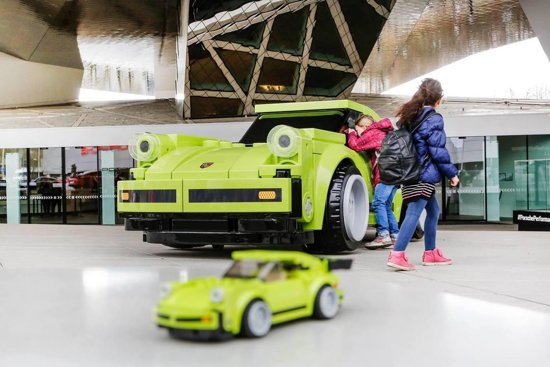 巨大レゴで作られた実物大のポルシェ911ターボ、ドイツの博物館で展示中