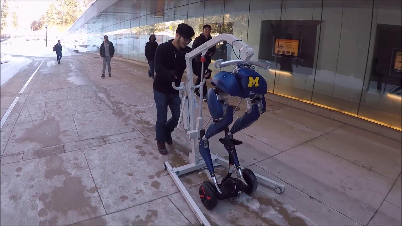ロボットのくせに...ダチョウ脚のロボット、セグウェイに乗る