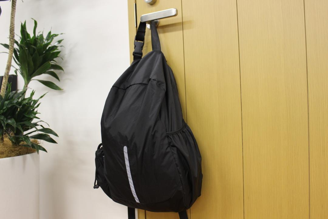 「本体がそのまま収納袋になる」という逆転の発想。220gの最軽量バックパックを使ってみた