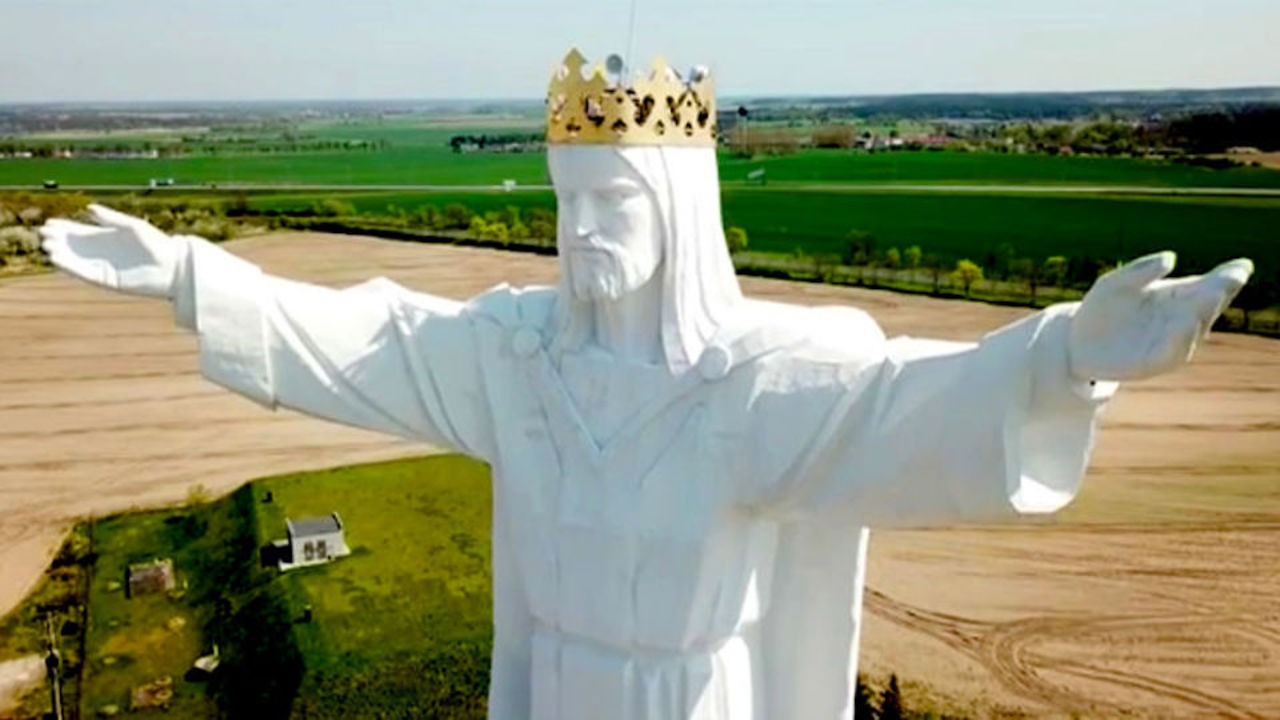ポーランドの世界一高いキリスト像、頭に謎のネットアンテナが設置されていた