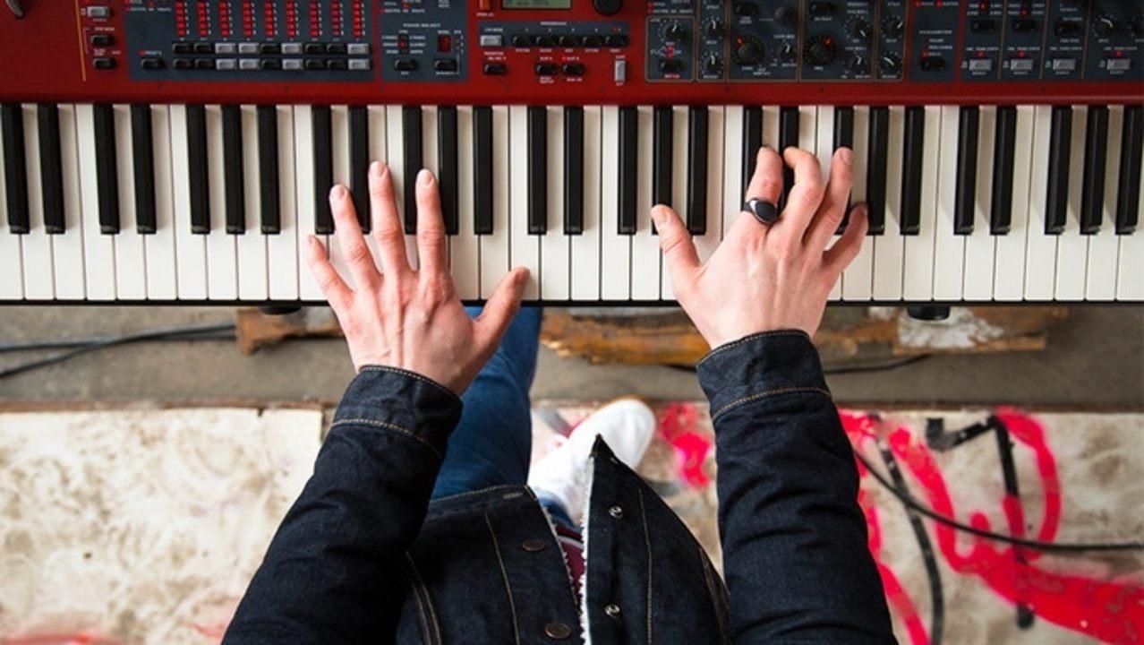 まるで弦楽器。手のジェスチャーで音に表現を与えるMIDIコントローラー「Neova」