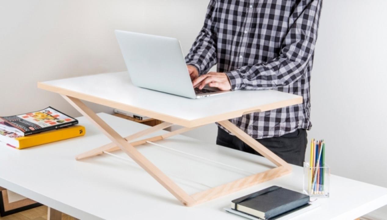スタンダップ! 普通の机で立ち作業ができる「Freedeskデスクライザー」