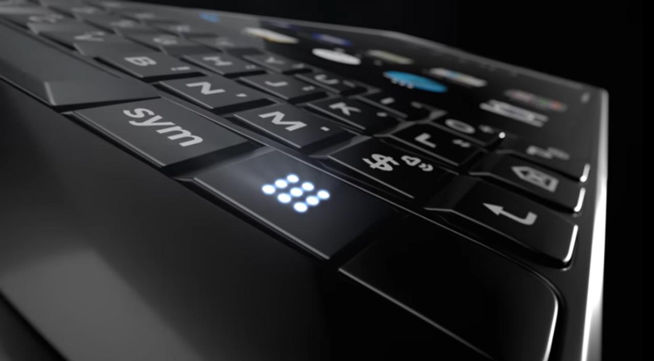物理キーボードの夢は終わらない。デュアルカメラが搭載された新BlackBerryのティーザーが公開