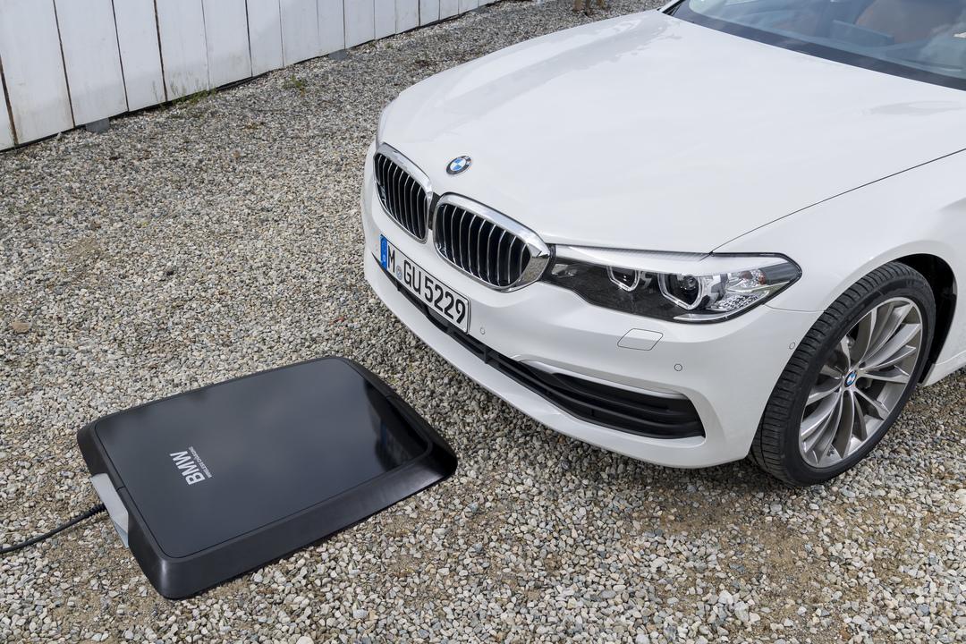 車庫入れでチャージ開始。BMWがワイヤレス充電に対応します