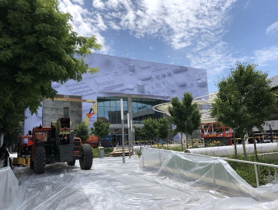 WWDC 2018の会場設営スタート。マッケナリーが着々とイベント仕様に