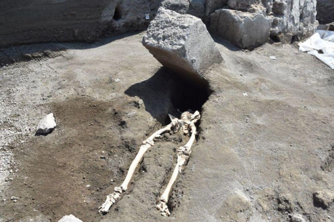 ポンペイの遺跡調査で発見。噴火で倒れた石柱に頭を潰されてしまった男性