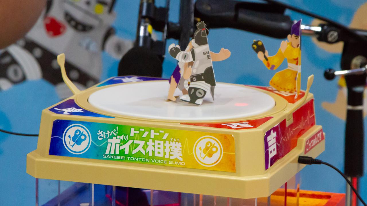 恥ずかしがったら負け! 「トントンボイス相撲」で、自然と前のめりになってしまった #東京おもちゃショー2018