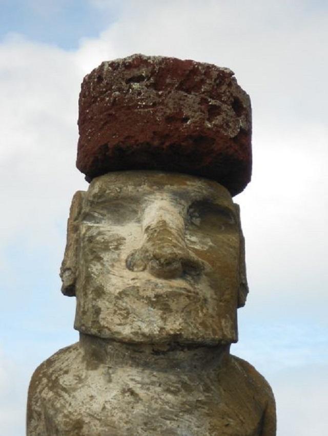 岩の帽子をかぶったモアイ像