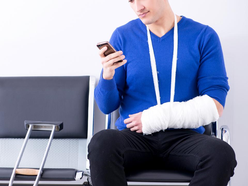 それってどうなの? ケガで救急救命室にきた人のスマホに、傷害に関する弁護士事務所の広告が表示される