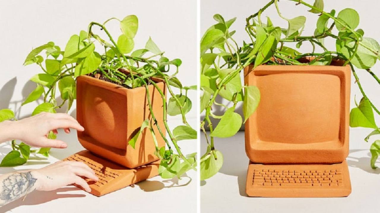 """デスクトップPC型の植木鉢、本物のパソコンよりも""""ウィンドウ""""と相性がよさそう"""