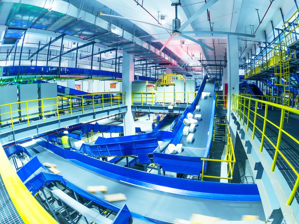 中国の物流センター、ロボット導入で数百万個の荷物をたった4人でさばく