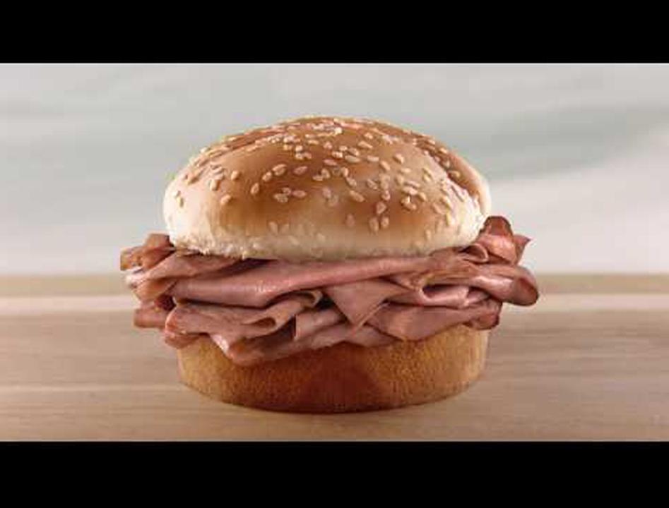 最先端テクノロジーが可能にした、世界最小「ナノサイズ」のハンバーガー店広告