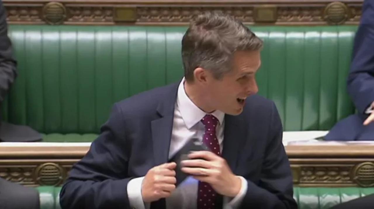 Siriちゃん、イギリス国防大臣のスピーチ中に勘違いでヤジを飛ばしてしまう